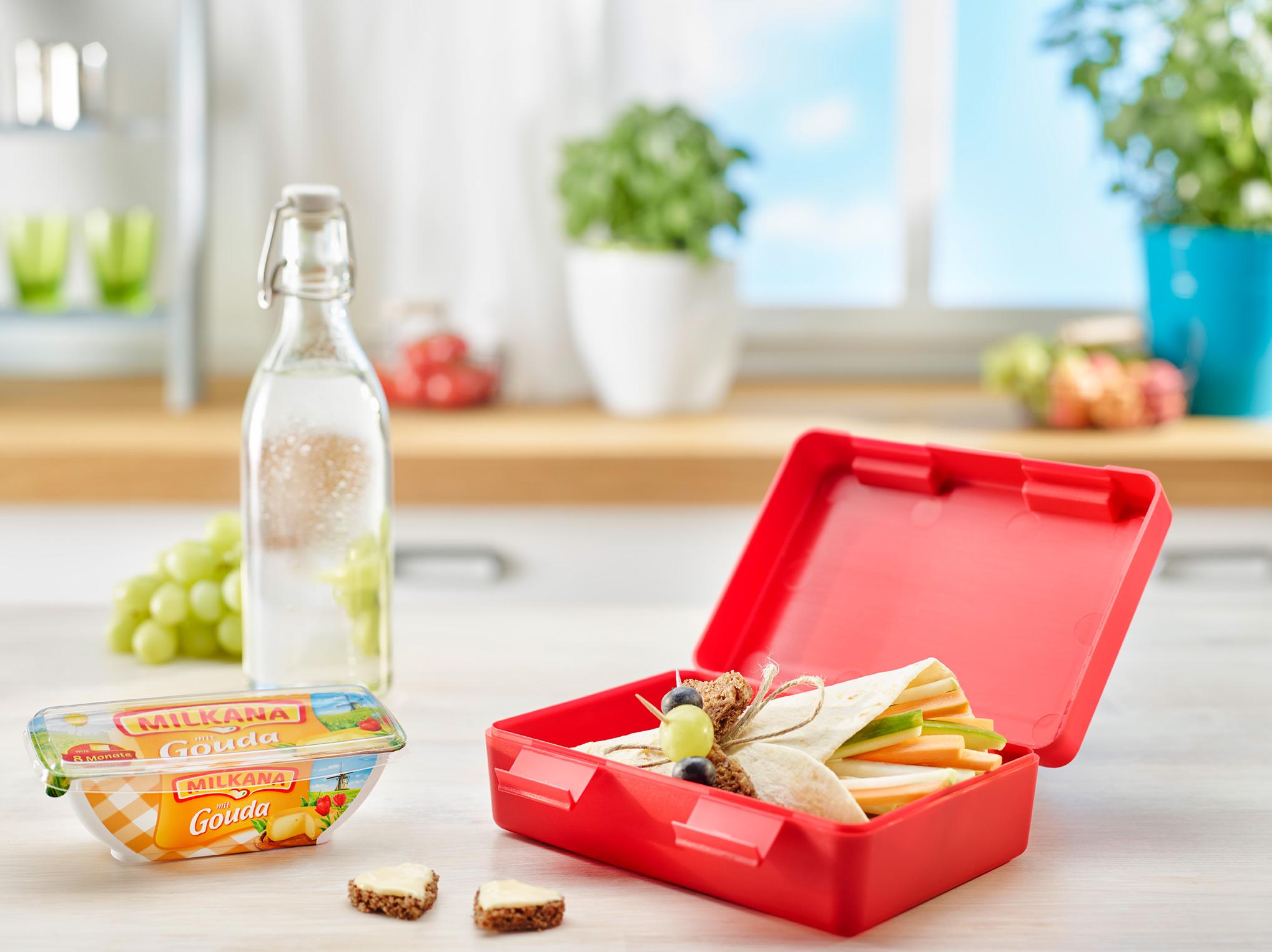 Pausenbrot Schultüte in Brotbox auf dem Küchentresen mit Milkana.