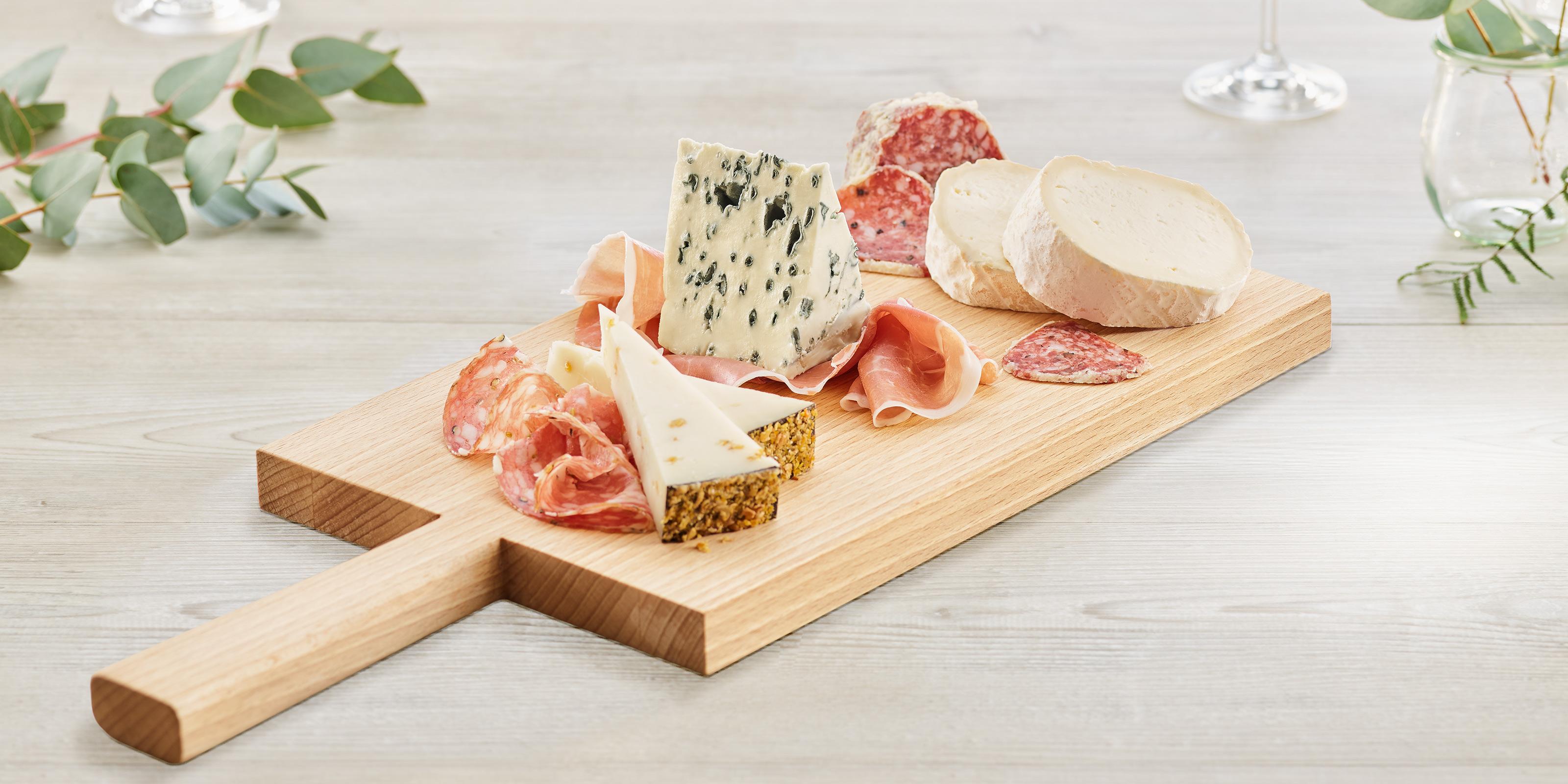 Leckere Kombination: Käse, Schinken und Salami