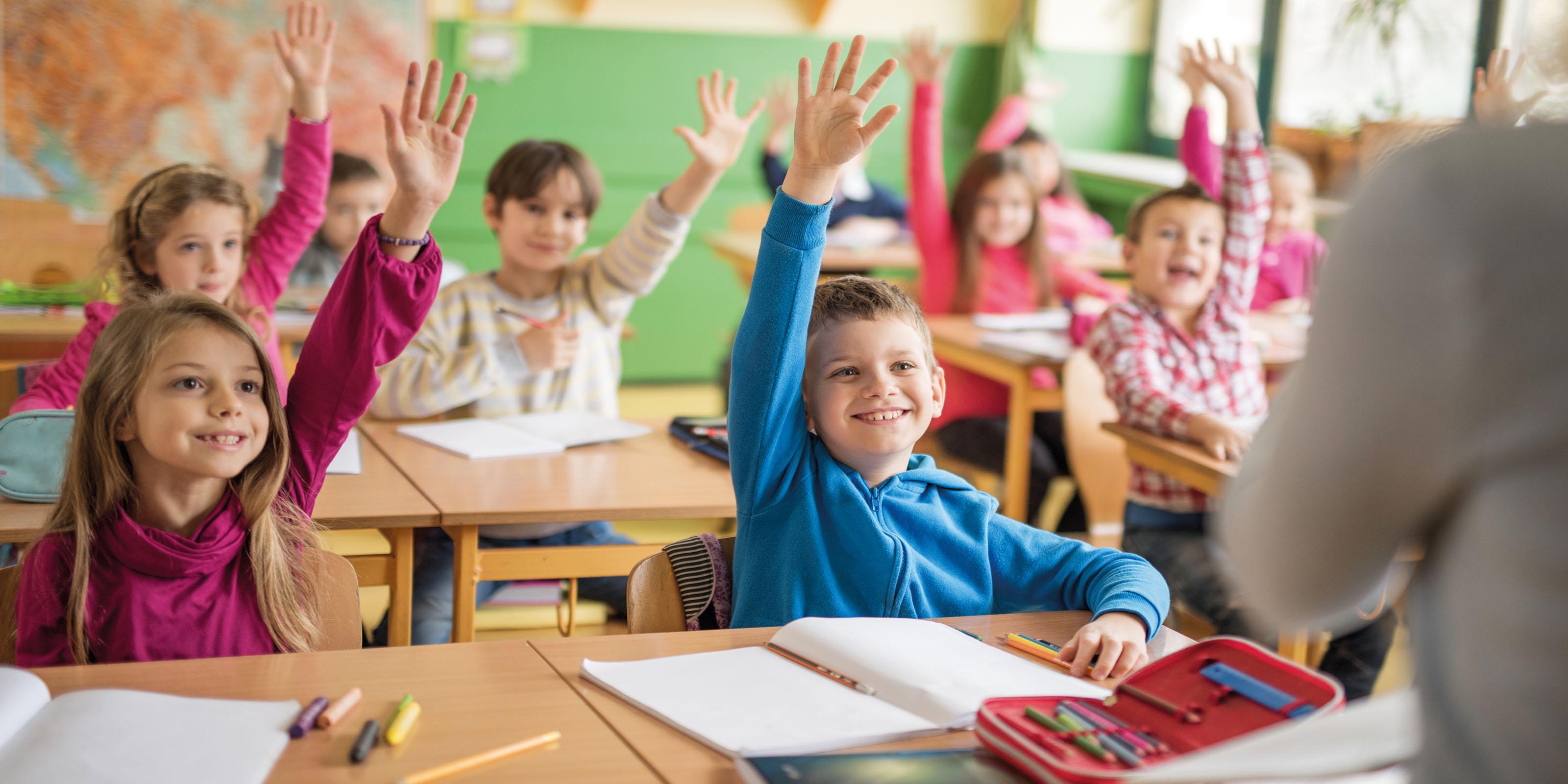 Eifrige Schüler, die sich im Unterricht melden.