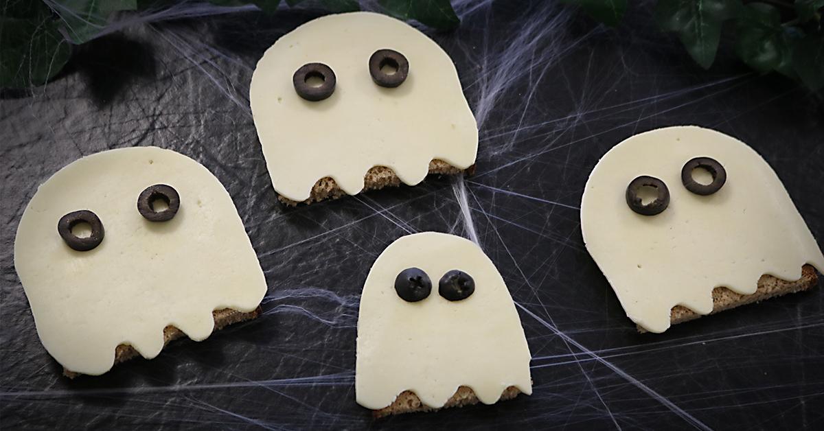 Halloween Käse-Gespenster mit Chavroux Ziegenkäse-Scheiben und Oliven