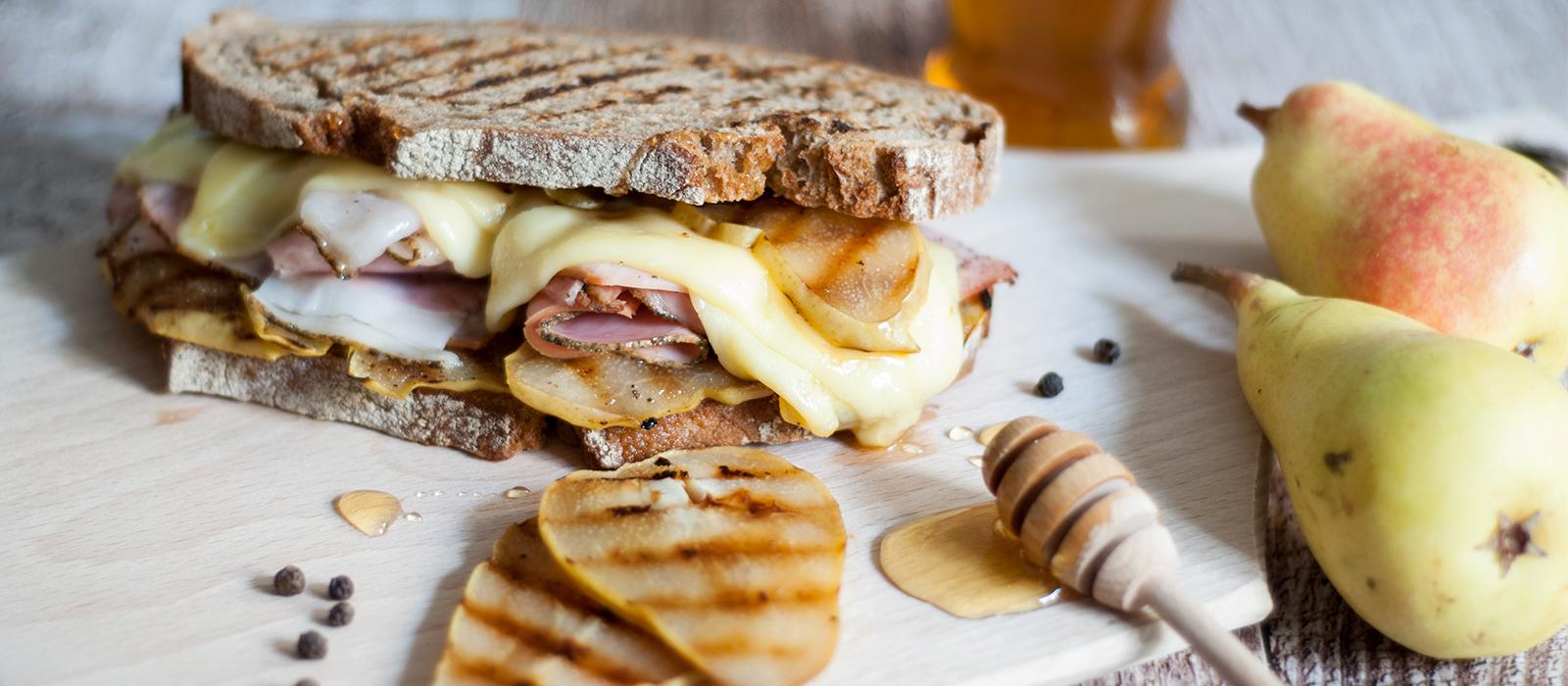Rezept für herzhaft süßes Sandwich mit Birnen und Käse