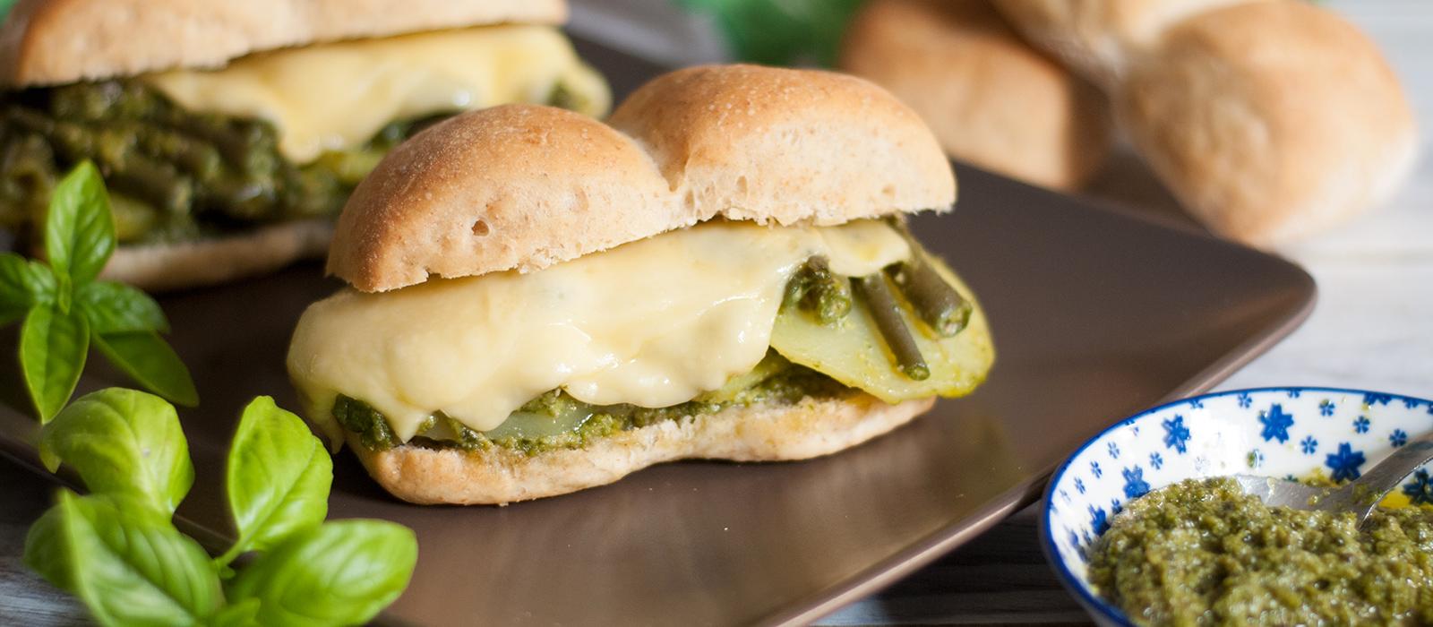 Rezept für ligurisches Baguette mit Pesto und Käse