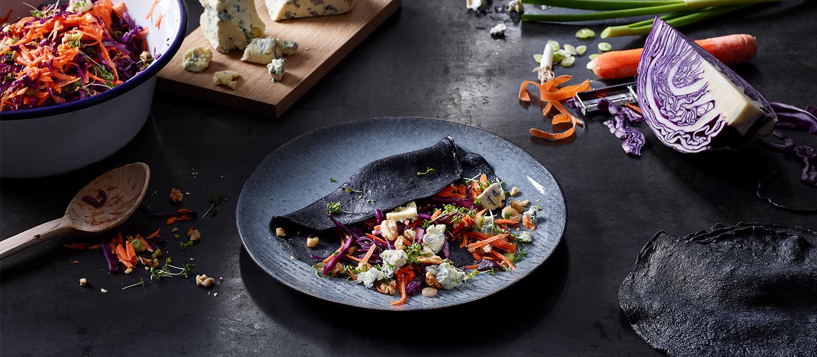 Schwarzer Pfannkuchen mit Karotten-Rotkohlsalat