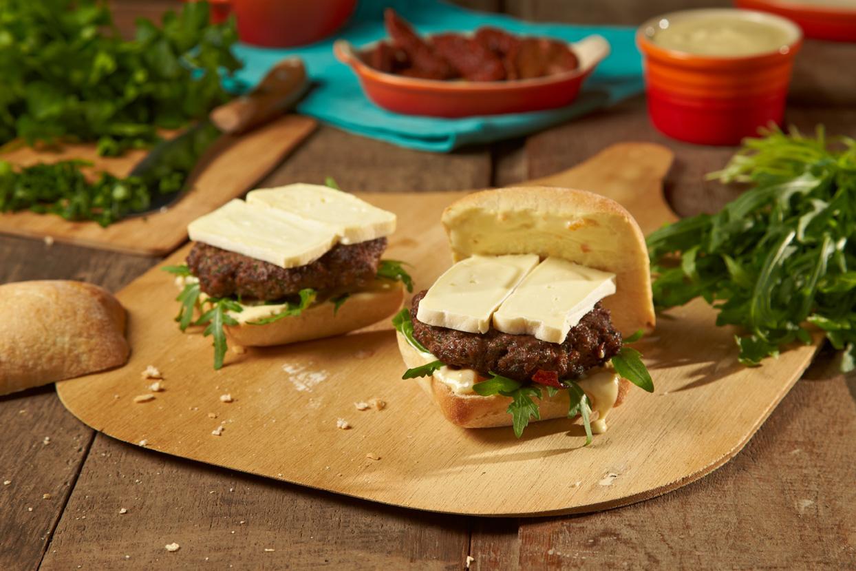 Knuspriger Ciabatta-Burger mit pikanter Frikadelle, würzigem Rucola und cremig-süßer Joghurtsauce.