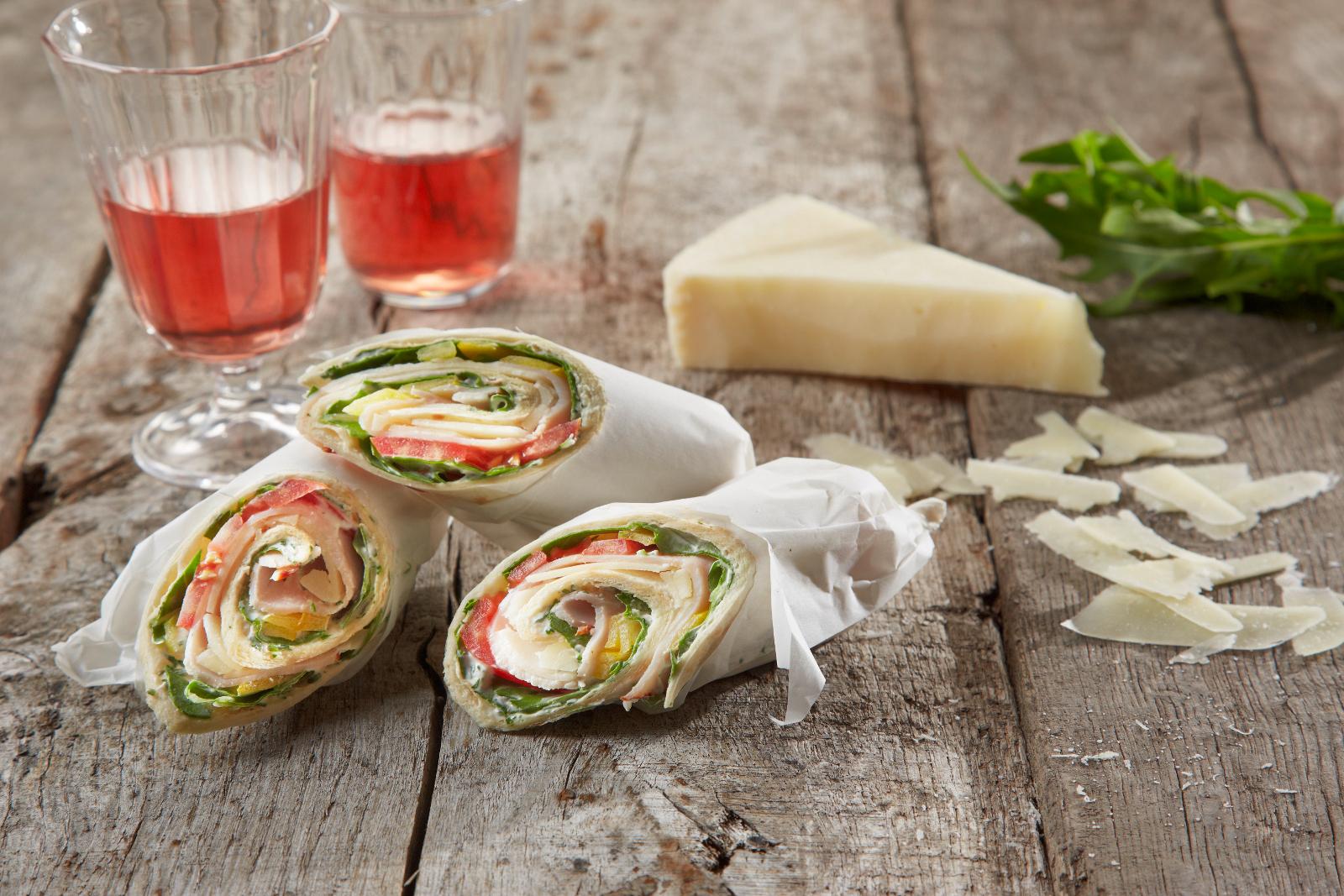 Der würzig gefüllte Wrap ist ideal zum Snacken, für Partys oder zum Picknick.