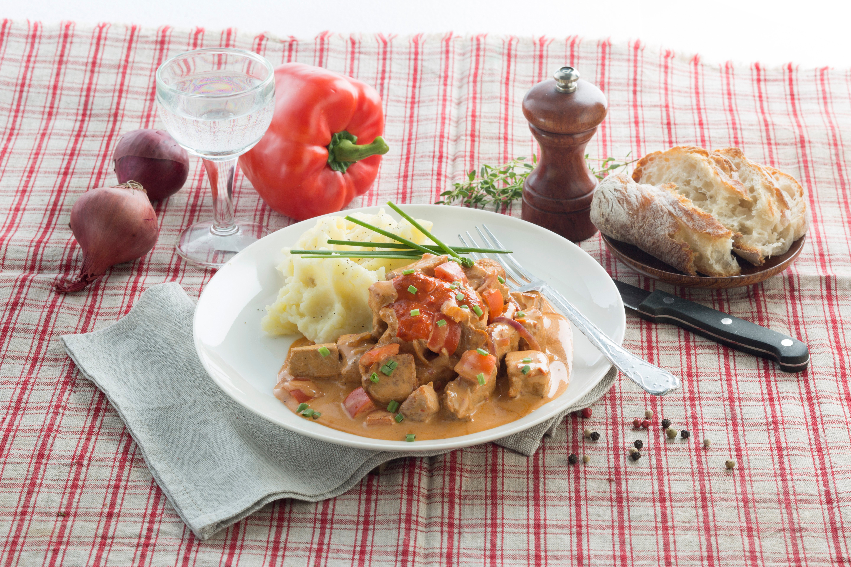 Würziges Paprika-Gulasch vom Wildschwein mit herzhafter Milkana-Wildsauce