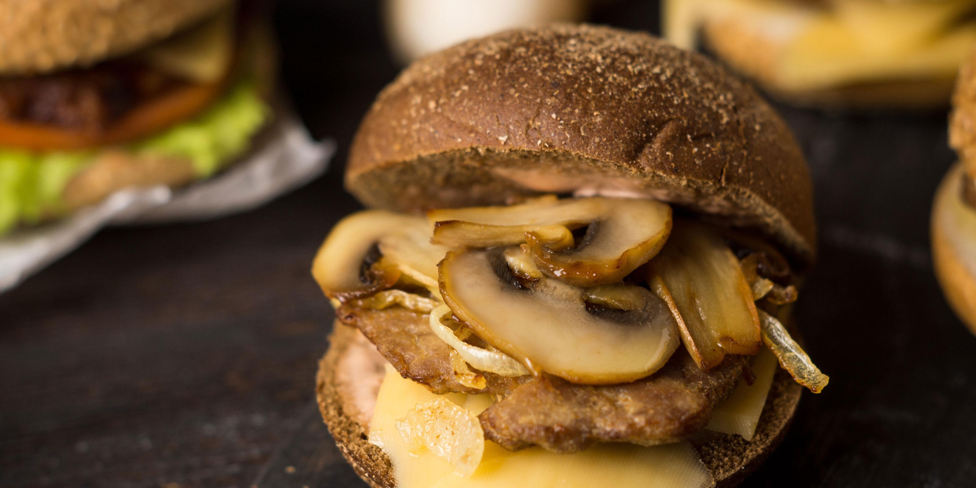 Rezept für Pilz-Burger mit Maronen-Pesto und Kathis Kräuterhof Waldzauber.