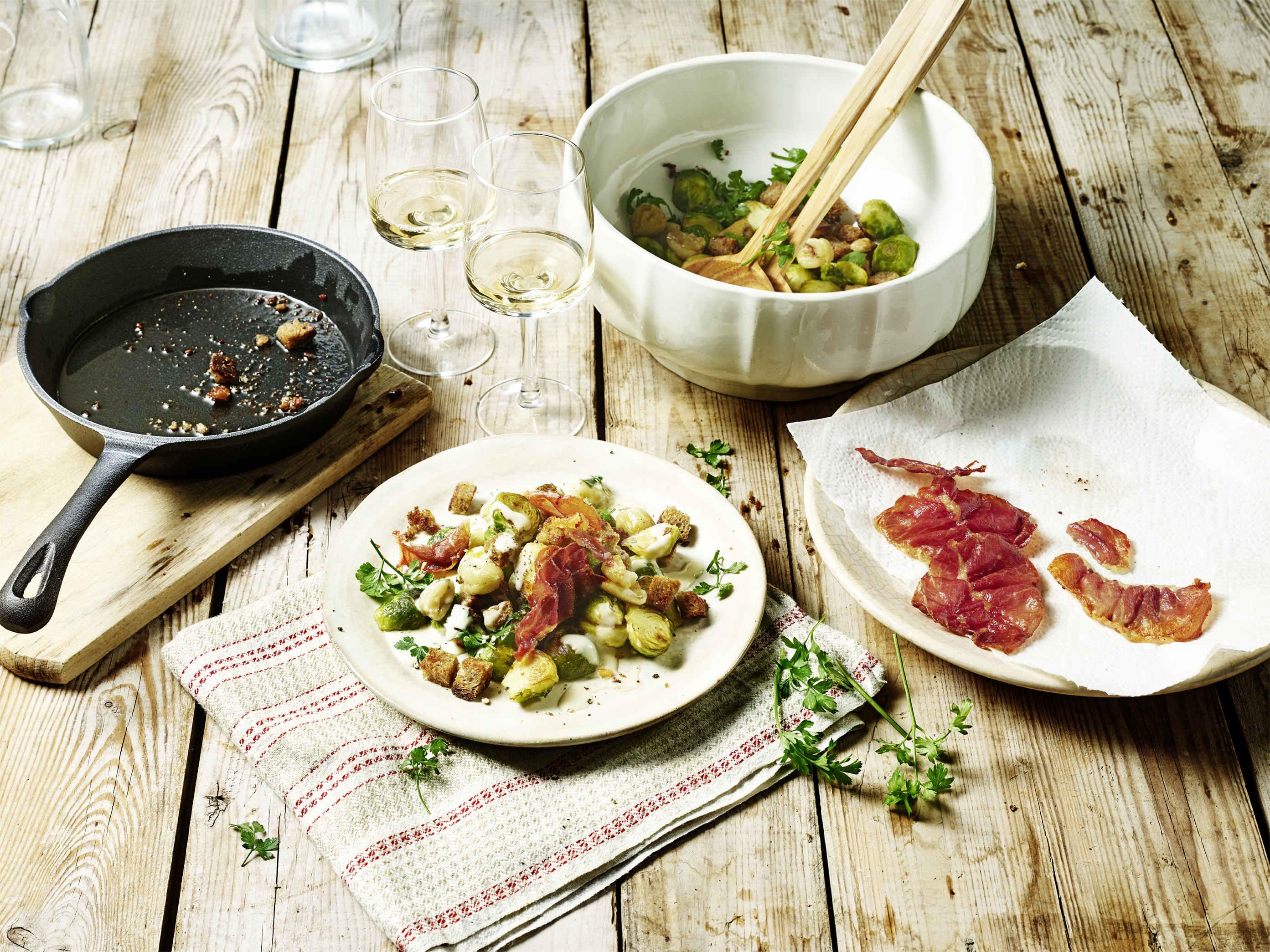 Rustikaler Brotsalat mit Rosenkohl und Maronen