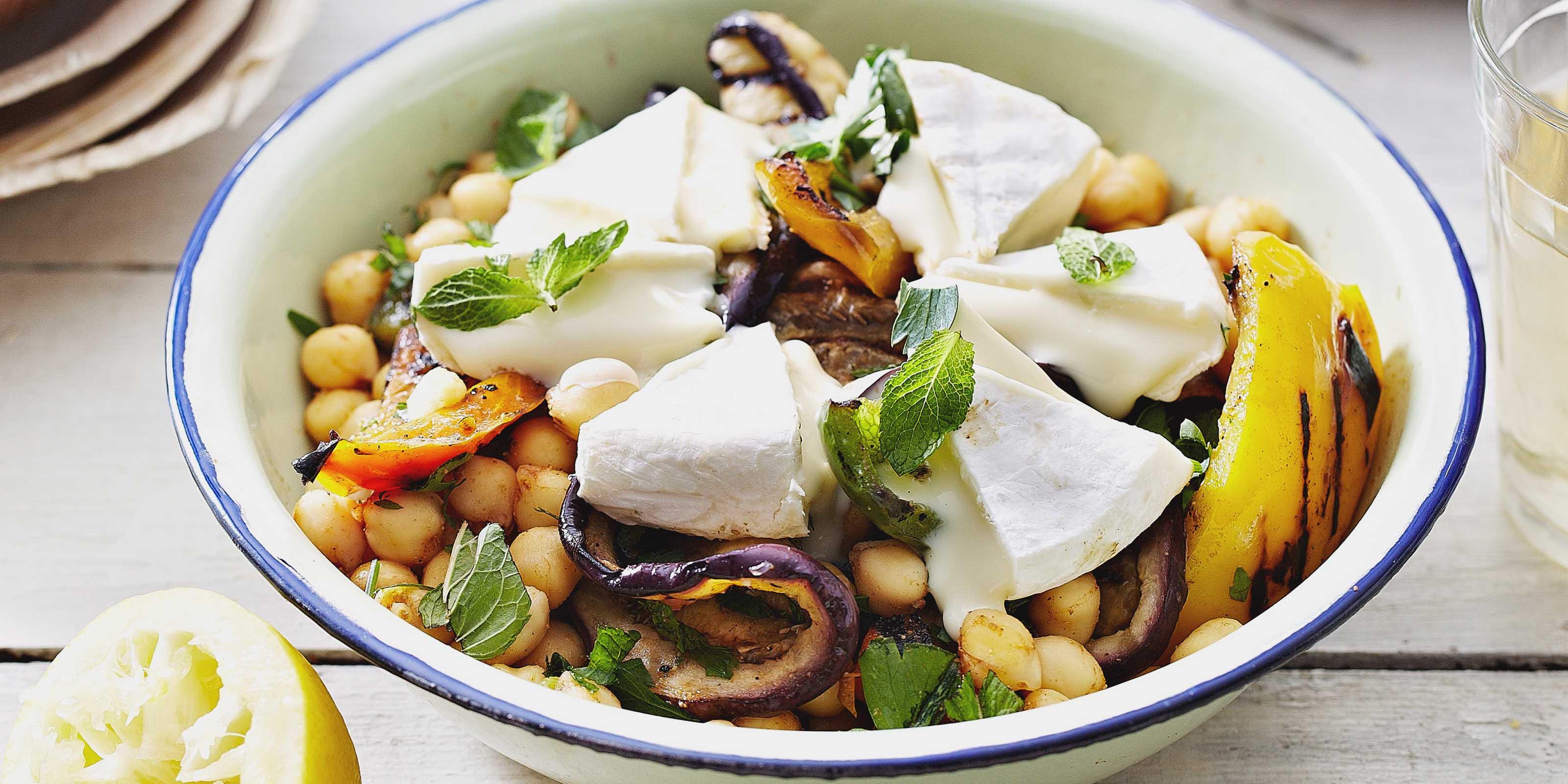 Orientalische Bowl mit Auberginen, Kichererbsen und Tomme Vaudoise