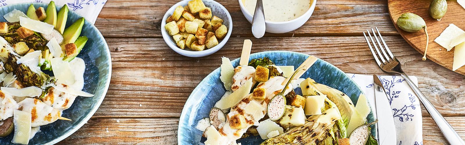 Gegrillter Caesar-Salat mit Hähnchenspieß